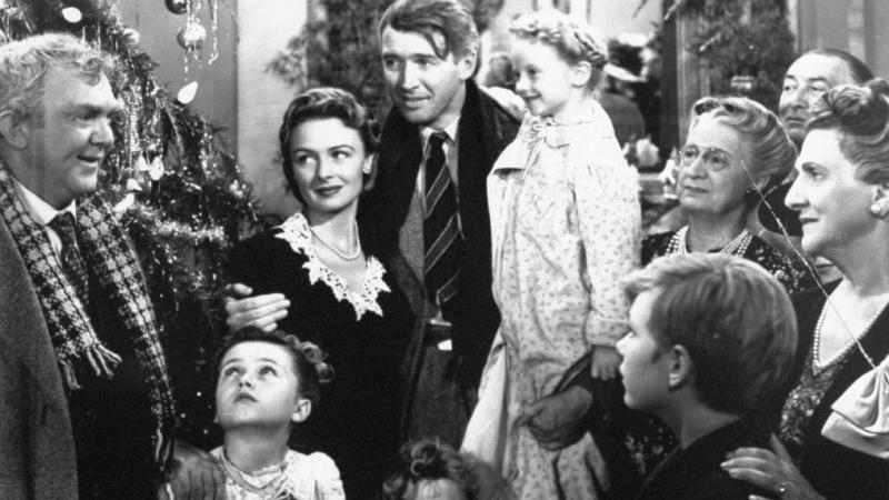Nhân vật George Bailey (chính giữa)