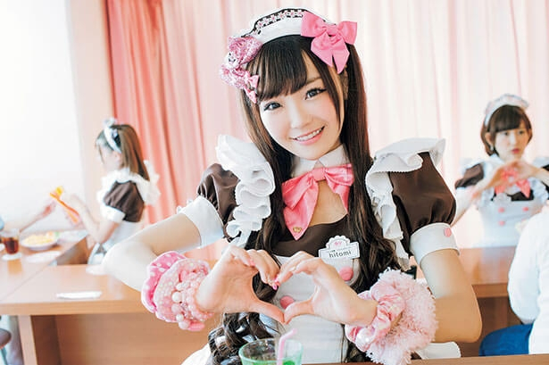 Cô hầu bàn ở Maid Café (Nguồn: Gaijinpot)