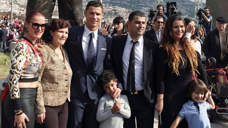 Đại gia đình của Cristiano Ronaldo