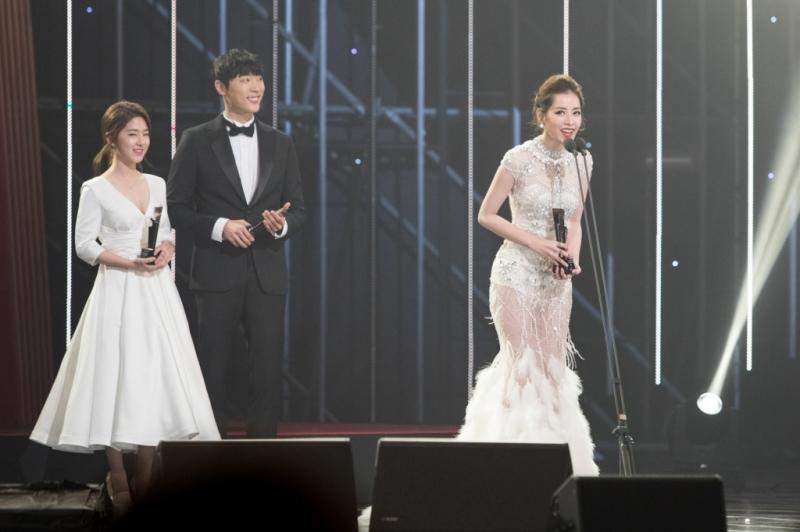 Khoảnh khắc Chi Pu nhận giải thưởng Nghệ sĩ mới Châu Á