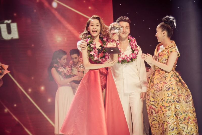 Chi Pu hạnh phúc nhận giải đồng Bước Nhảy Hoàn Vũ 2015