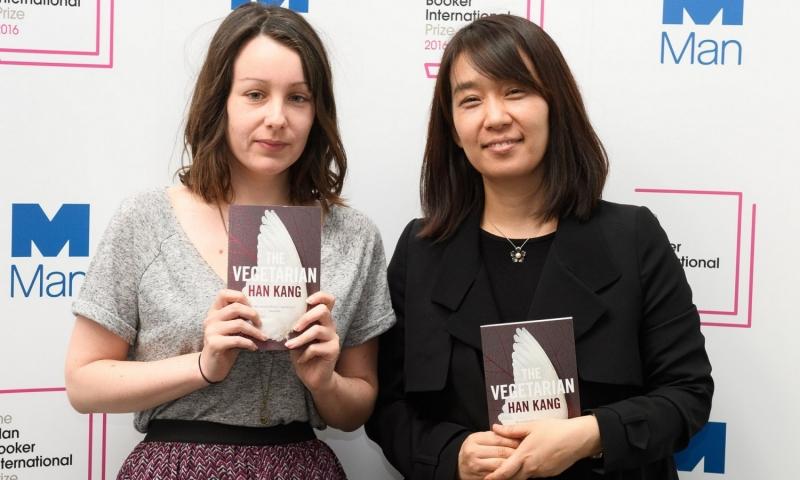 Tác giả Hàn Quốc Han Kang (bên phải) và dịch giả Deborah Smith