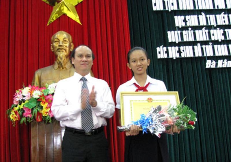 Hồ Thị Hiếu Hiền tại Lễ trao giải cuộc thi viết thư quốc tế UPU lần thứ 39
