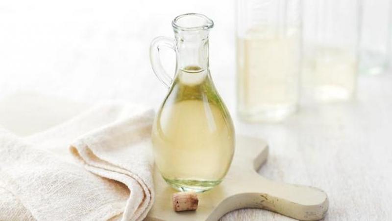 Giấm có công dụng tuyệt vời trong chữa mùi hôi chân, có thể thoa trực tiếp hoặc ngâm chân hàng ngày.