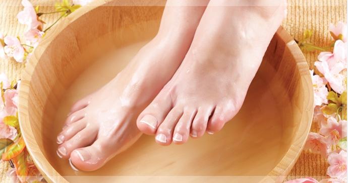 Ngâm chân trong nước muối ấm giúp giảm đau nhức