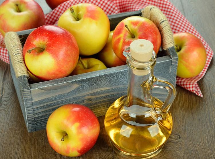 Giấm táo không chỉ giúp trị các bệnh về dạ dày mà còn giúp trị thâm và mụn hiệu quả.