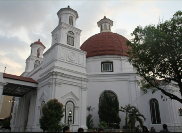 Khách du lịch sẽ thấy toà nhà này rất nổi bật với thiết kế mái vòm màu đỏ phía trên