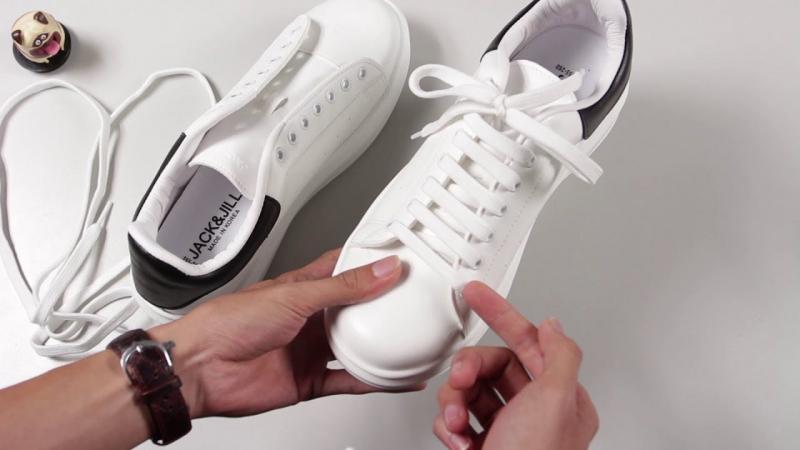 Giặt dây giày bằng tay với nước ấm và xà phòng