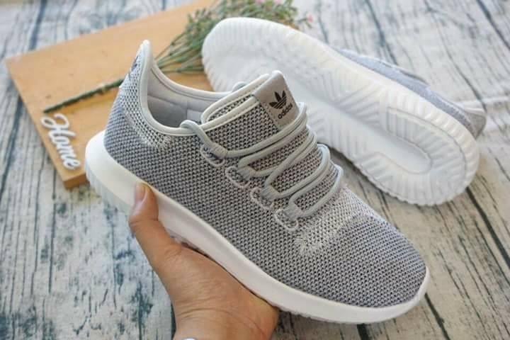 Trên tay đôi giày của shop
