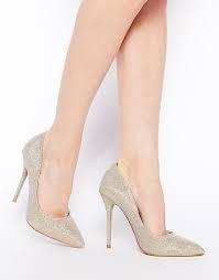 Giày cao gót màu nude