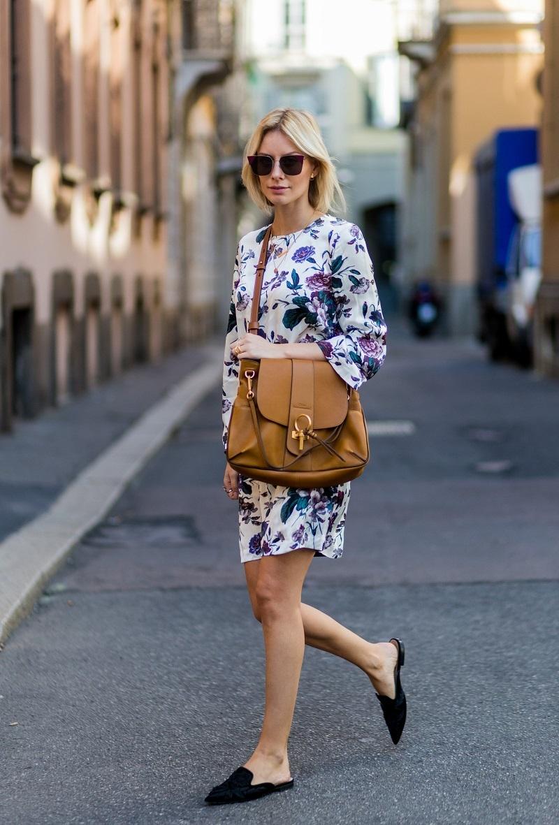 Giày sục kết hợp với váy tạo nên sự thanh lịch