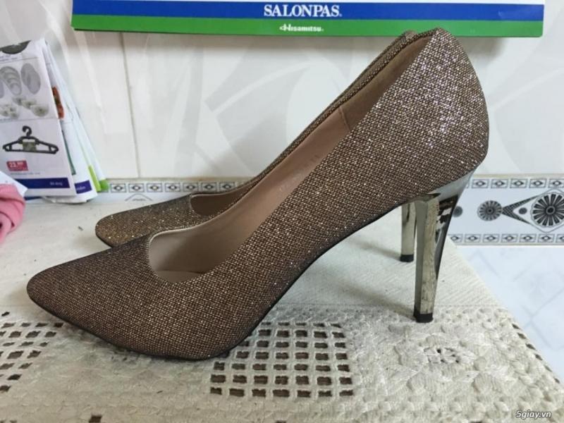 Một đôi giày cao gót được mua từ chợ Đồng Xuân.