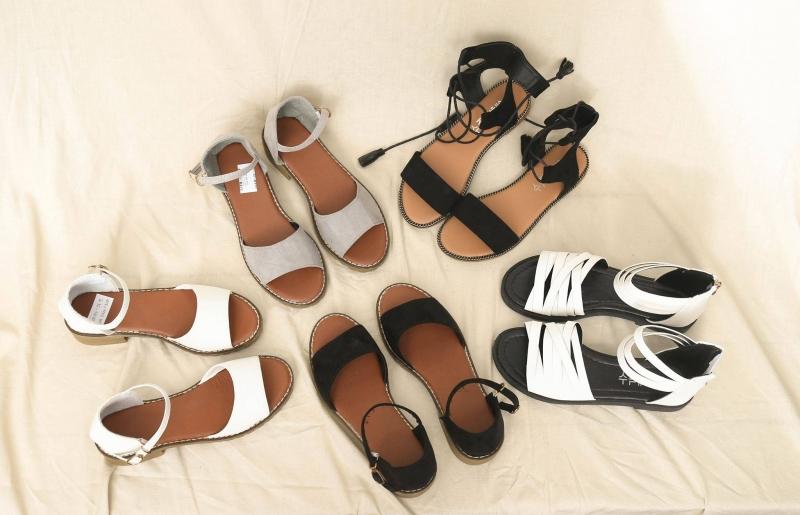 Những đôi sandal màu sắc đẹp mắt phù hợp với các bạn nữ nhẹ nhàng.