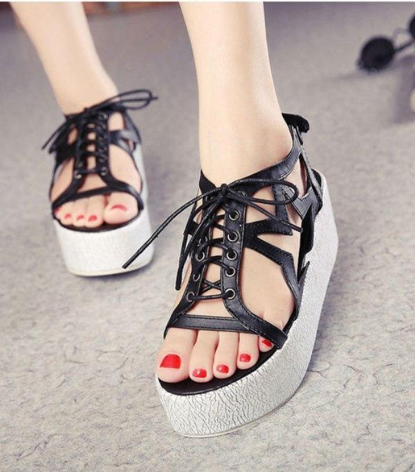 Mẫu giày này thường cao khoảng 5 - 10cm nên có khả năng tôn chiều cao rất phù hợp với các cô nàng nấm lùn.