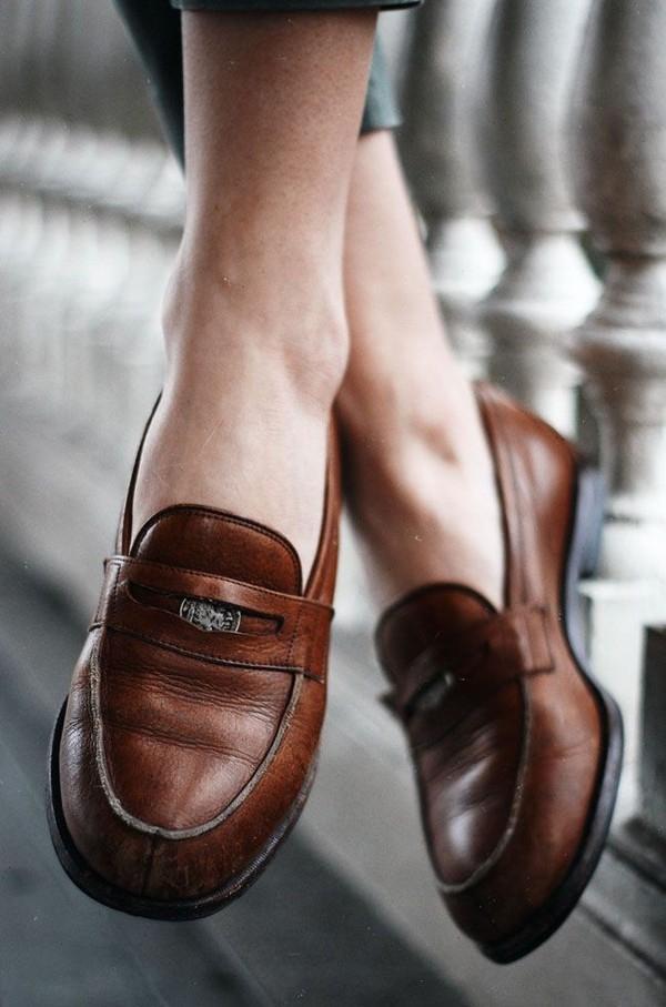 Giày loafer có chất liệu bằng da.