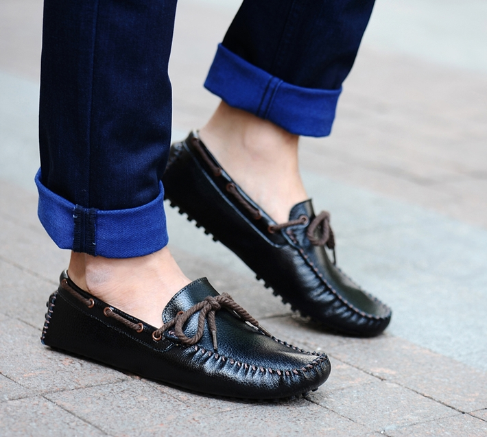 Giày mọi thường được làm từ chất liệu da thật hoặc da tổng hợp, rất dễ lau chùi và không để lộ vệt trầy xước nên bạn hòa toàn có thể thoải mái vận động, chạy nhảy khi mang chúng.