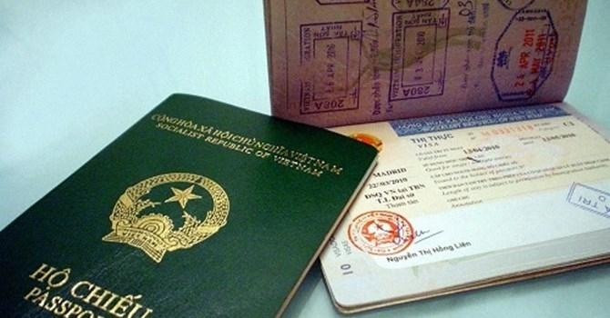 Hộ chiếu là 1 trong những giấy tờ không thể thiếu khi lên máy bay bạn nhé.