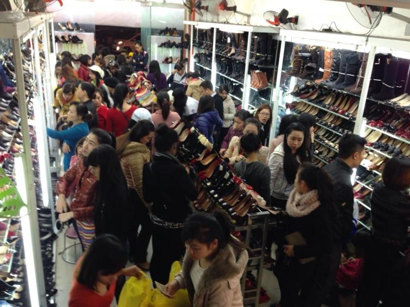 Shop giày Xuyến Chi có những buổi rất đông khách.