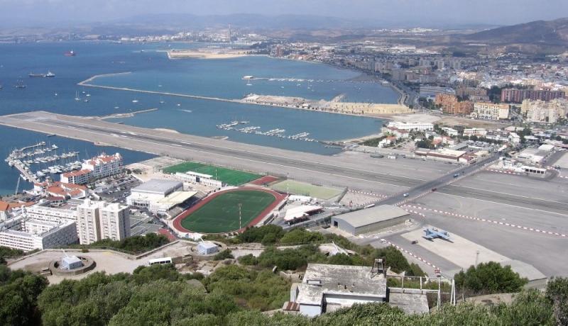 Ở nhiều thời điểm, thay vì dừng đèn đỏ, người dân Gibraltar sẽ phải dừng vì máy bay đi qua.