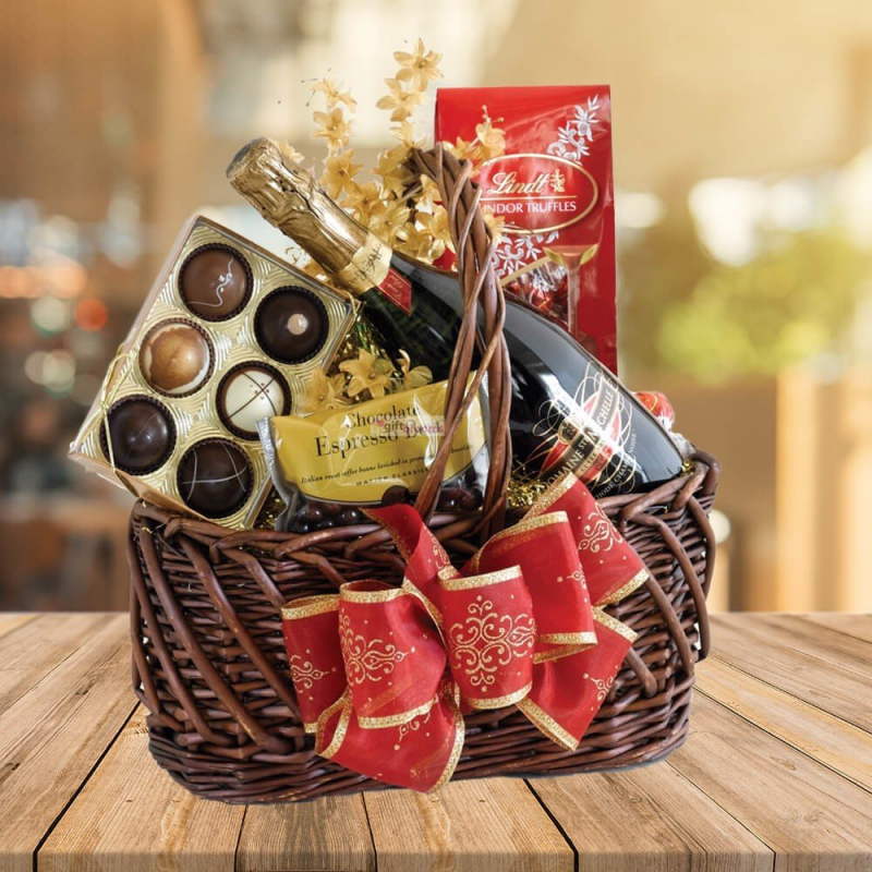 Một giỏ quà Tết đặc biệt gồm rượu, bánh, nho khô, cà phê, kẹo sẽ có giá khoảng 350.000 đồng