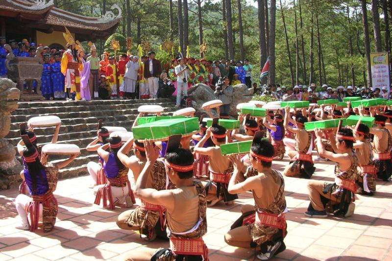 Giỗ Tổ Hùng Vương trở thành một ngày lễ lớn của dân tộc Việt Nam. Nó nhắc nhở chúng ta luôn hướng về cội nguồn, cùng chung sức xây dựng quê hương giàu đẹp hơn.