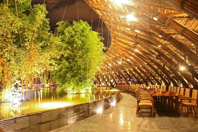 Không gian độc lạ được thiết kế bởi những cây tầm vông của quán