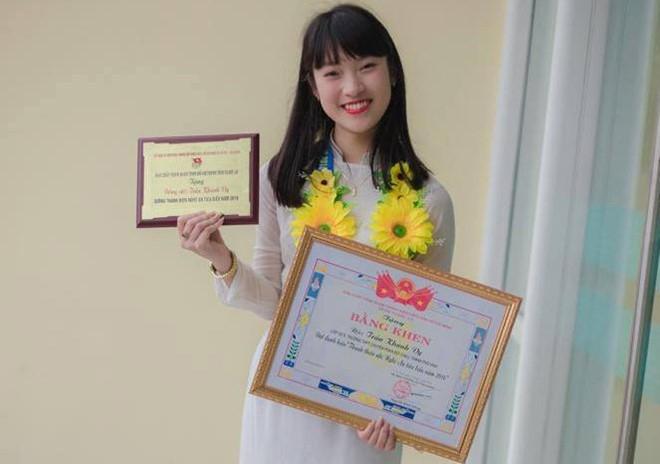 Hình ảnh cô bé Khánh Vy được nhiều người chú ý bằng nhiều ngôn ngữ khác nhau.
