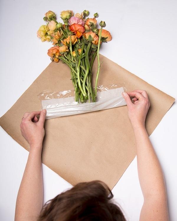 Giữ hoa tươi lâu nhờ màng bọc thực phẩm