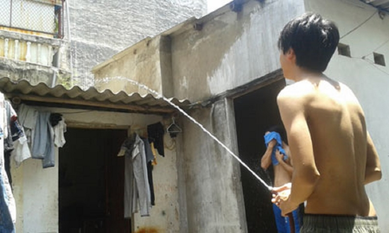 Tưới nước lên mái nhà là một cách làm căn phòng mát mẻ hơn