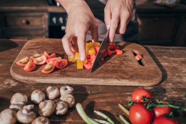 Giữ sạch bề mặt chế biến thức ăn