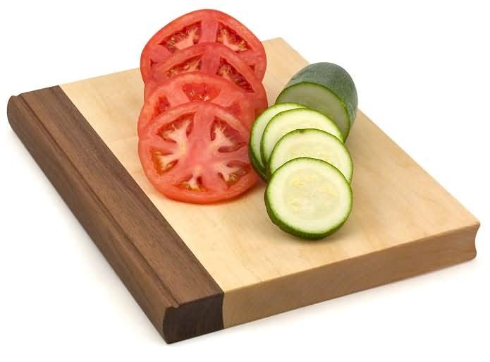 Giữ thớt không bị trượt khi cắt đồ ăn