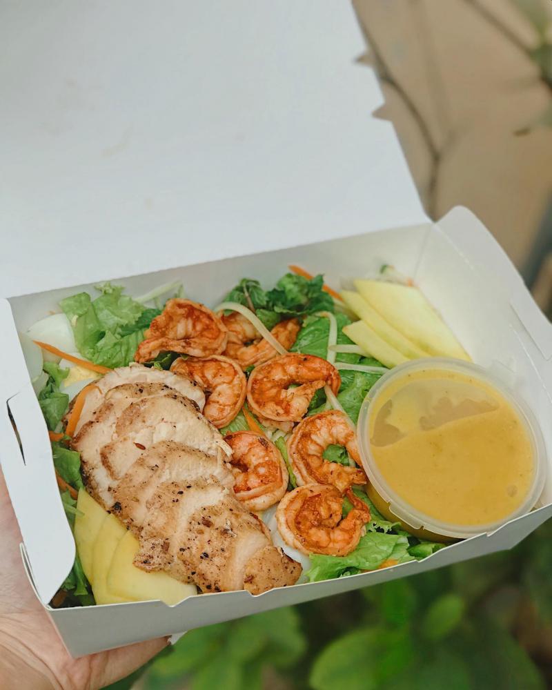 Thưởng thức sốt cùng với salad và thịt bò thật sự bạn sẽ phải tấm tắc khen ngon
