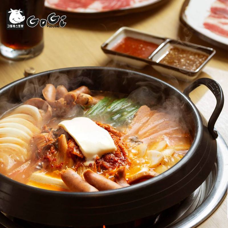 In addition, the indispensable side dishes such as mixed rice, cold noodles, Kimchi soup and hot pot dishes will also impress you more about Korean cuisine.