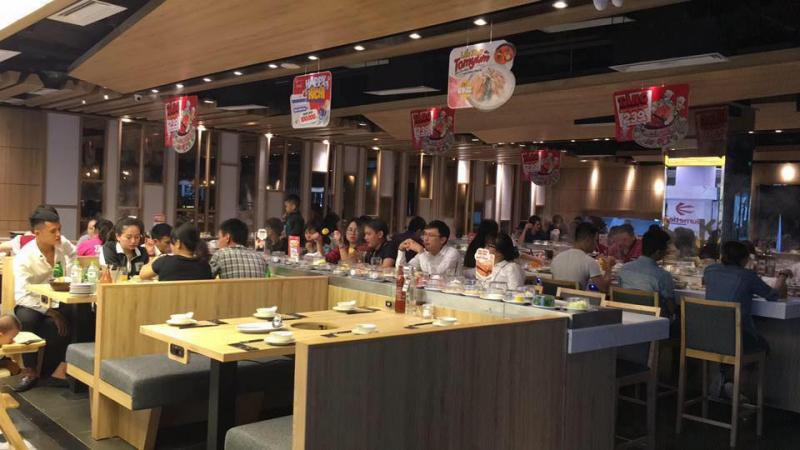 Không gian nhà hàng rộng lớn, sang trọng, cách bày trí, sắp xếp rất chuyên nghiệp, luôn tạo sự thoải mái cho thực khách