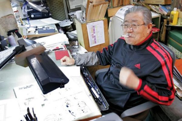Tác giả takao Saito bên bàn làm việc.
