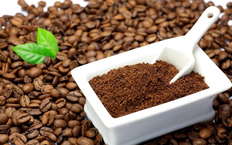 Gội đầu bằng cà phê hoặc bã cà phê cho tác dụng tương tự