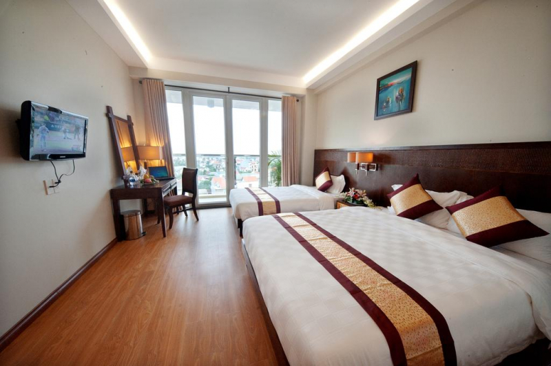 Khách sạn gây ấn tượng bởi quy mô rộng lớn, kiến trúc sang trọng, tráng lệ. Mỗi phòng của khách sạn có cách trang trí khác nhau, nội thất mang màu sắc trang nhã, hiện đại tạo nên cảm hứng cho du khách ngay khi bước chân vào phòng.