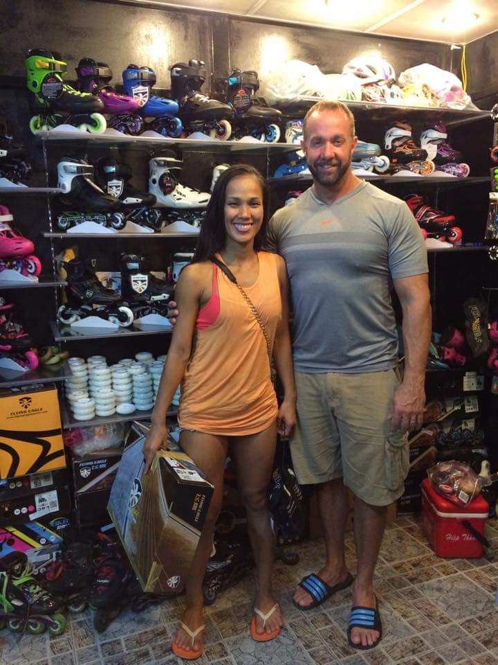 Hai vị khách nước ngoài mua giày patin tại GOX Store