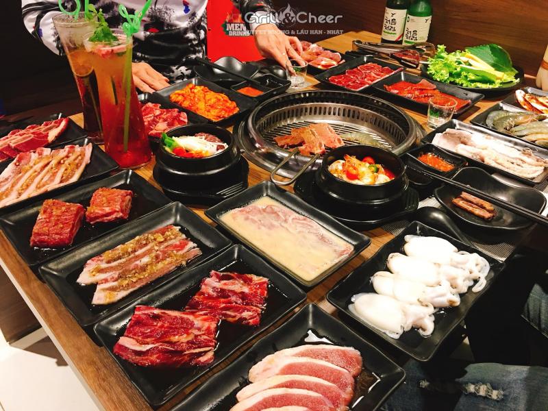 Bàn buffet bao gồm hải sản và các món thịt khác tại Grill & Cheer Vũng Tàu