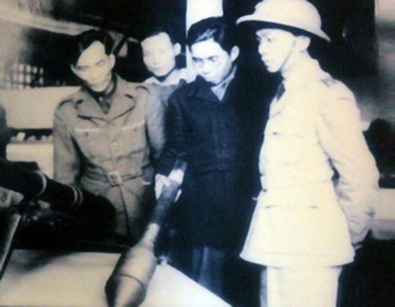 Đại tướng Võ Nguyên Giáp và Thiếu tướng Trần Đại Nghĩa tại một công binh xưởng sản xuất vũ khí  trong kháng chiến chống Pháp. – Ảnh tư liệu.