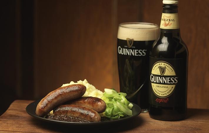 Thực khách chỉ cần dùng một cốc bia Guinness sẽ khó lòng quên được hương vị cháy từ lúa mạch rang.