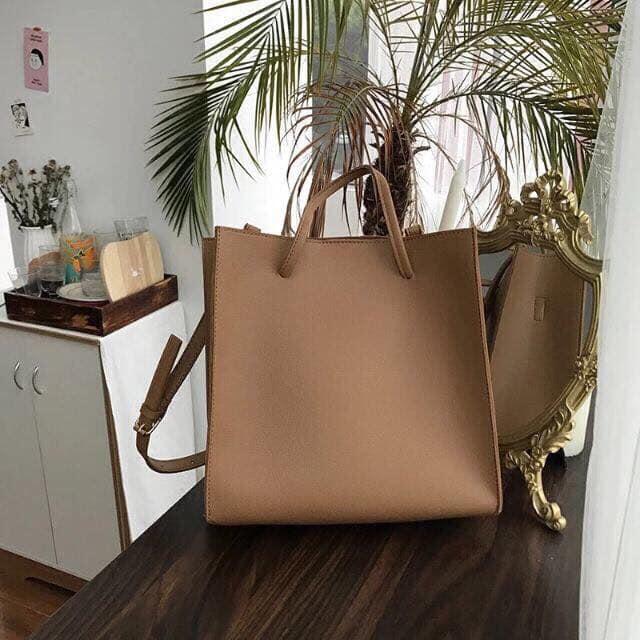 Túi xách được xem là một loại phụ kiện đi kèm không thể thiếu, không chỉ giúp mang đồ mà còn tạo điểm nhấn cho trang phục, giúp bạn tự tin và nổi bật hơn.