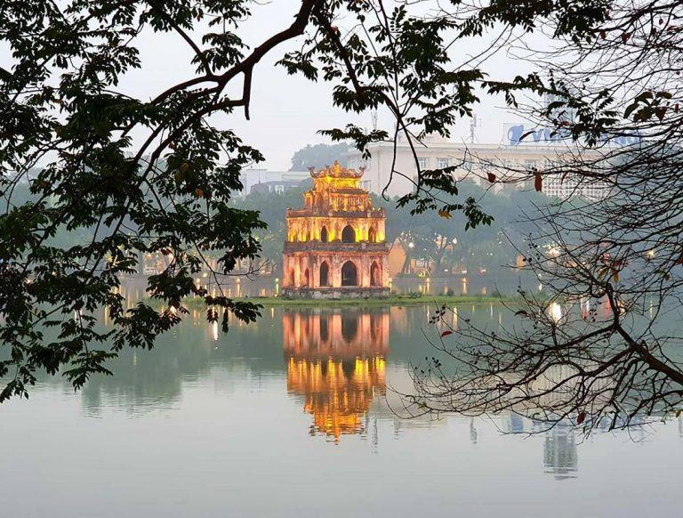 Hồ Hoàn Kiếm là thắng cảnh nổi tiếng ở Hà Nội