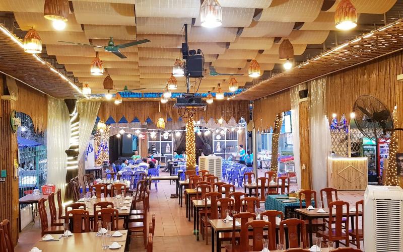 Không gian nhà hàng rộng rãi, thoáng mát