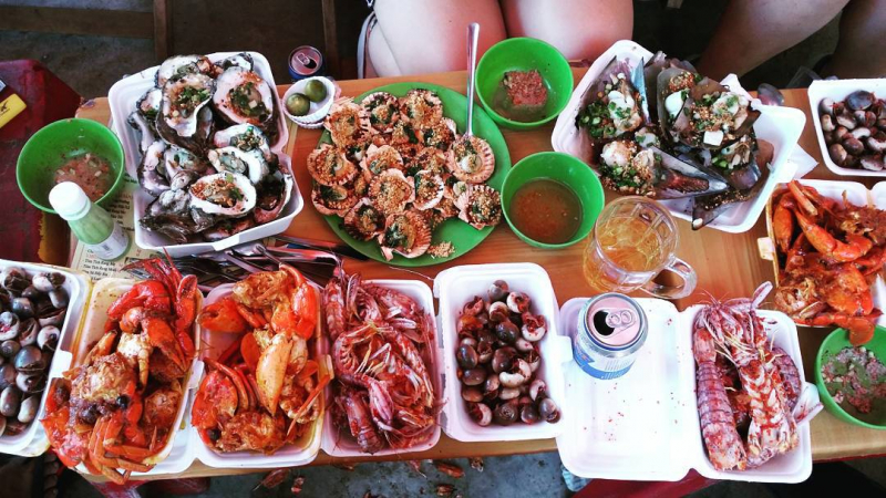 Numerous fresh seafood dishes of the shop