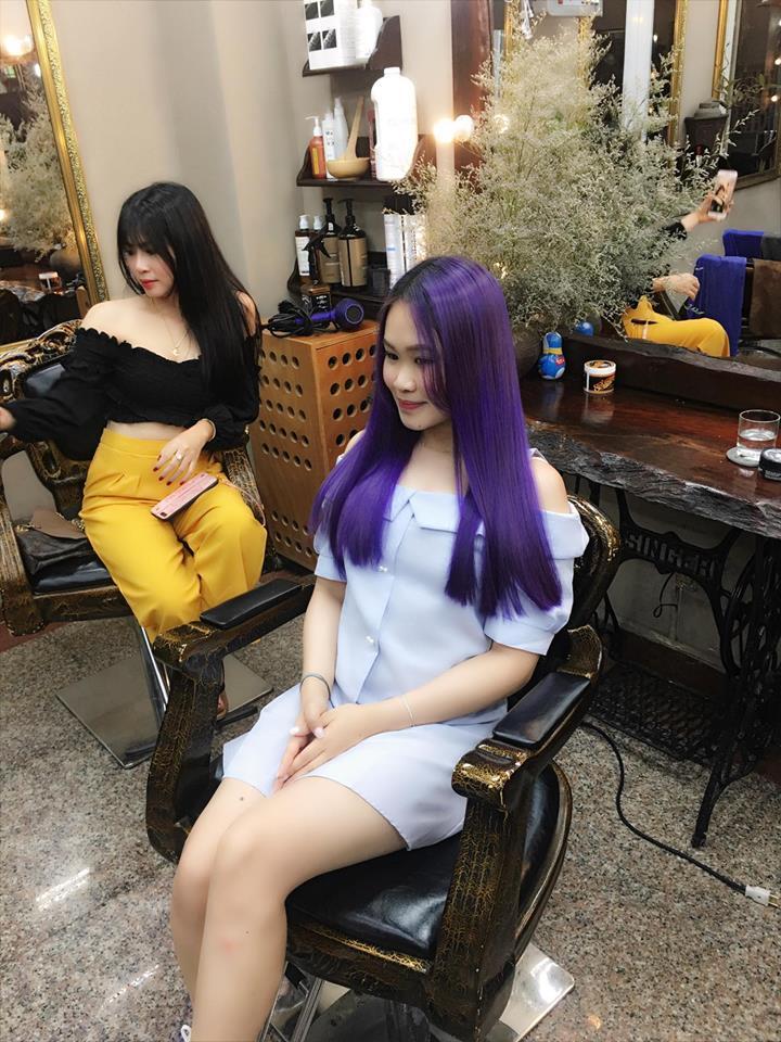 Đến với Hair Salon Hoàng Võ bạn sẽ được đội ngũ nhà tạo mẫu tóc kiểm tra chất tóc giúp bạn có lựa chọn màu tóc phù hợp nhất