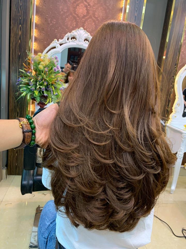 Đặc biệt, với đôi bàn tay khéo léo cùng khả năng nhạy bén nắm bắt được đặc điểm của mỗi người, các thợ làm tóc tại Hair World Beauty sẽ tạo ra cho bạn một mái tóc phù hợp nhất