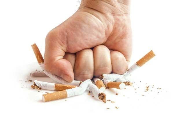 Những người thường xuyên hút thuốc lá khi về già sẽ đi lại rất khó khăn thậm chí là bại liệt do chứng loãng xương gây nên