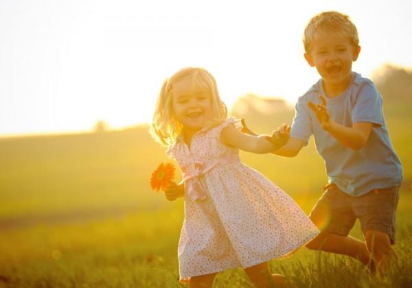 Cha mẹ hãy hạn chế cho bé tiếp xúc với nắng nóng.