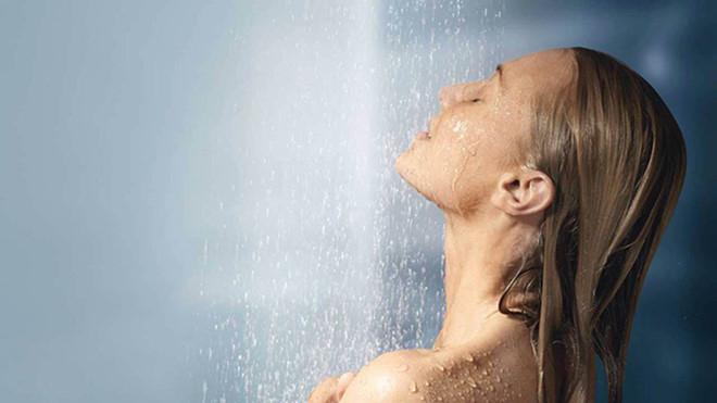 Bạn nên tắm đúng cách để duy trì độ ẩm cho da.